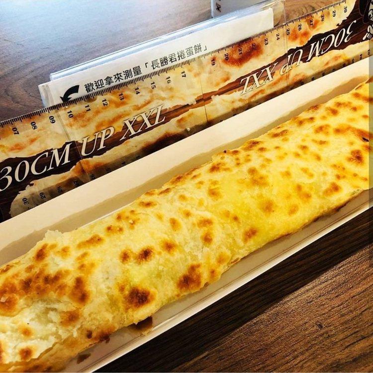 30公分長的蛋餅上桌很壯觀。IG @feedbookfood 提供