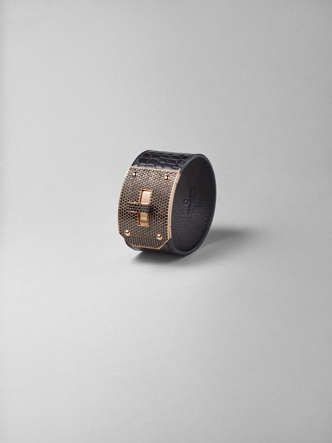 Kelly系列玫瑰金鑲黑尖晶石鱷魚皮手環,163萬4,100元。圖/愛馬仕提供
