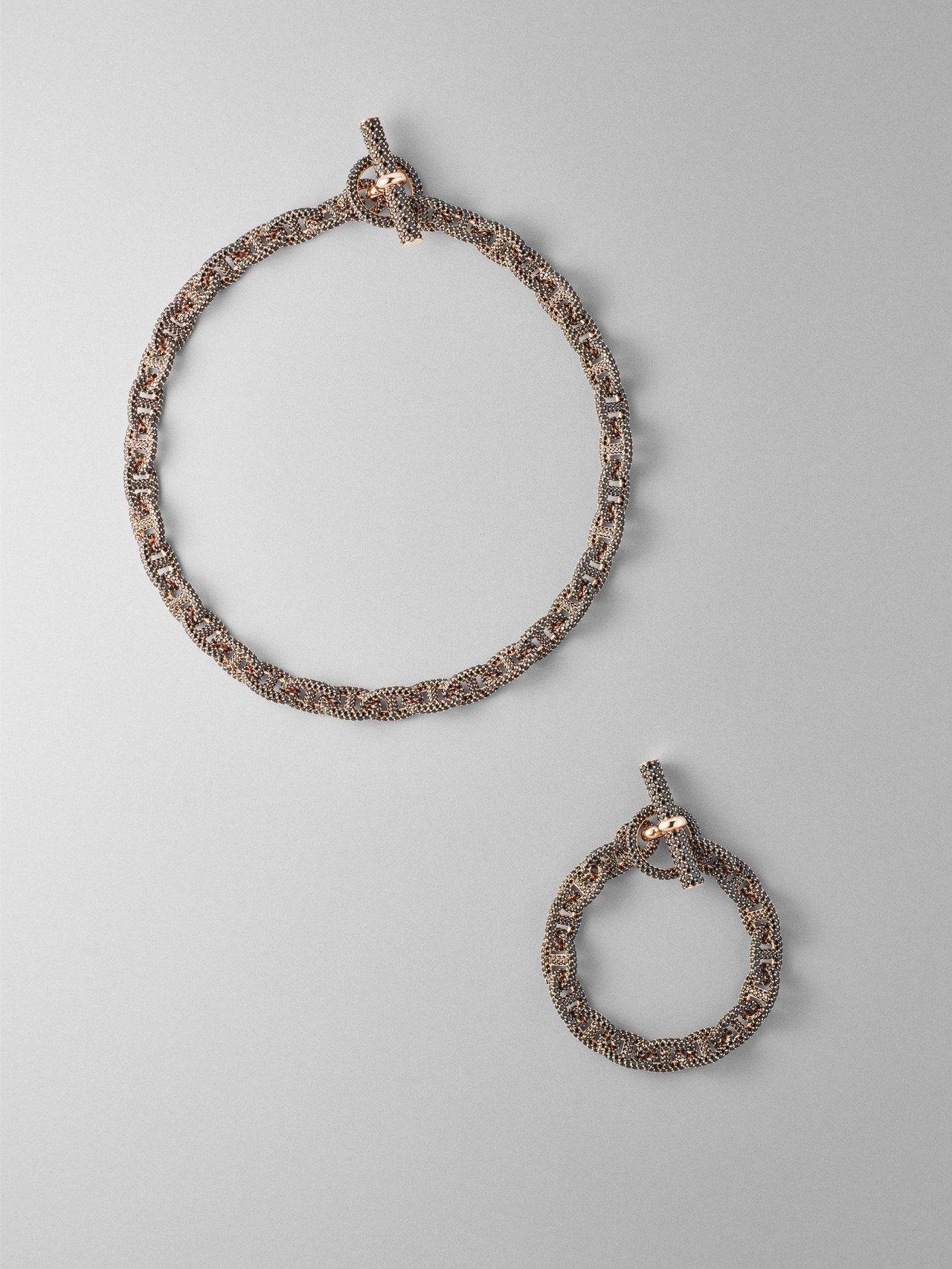 (由上至下)Chaine d'Ancre 系列玫瑰金鑲黑尖晶石項鍊與手環,售價未...