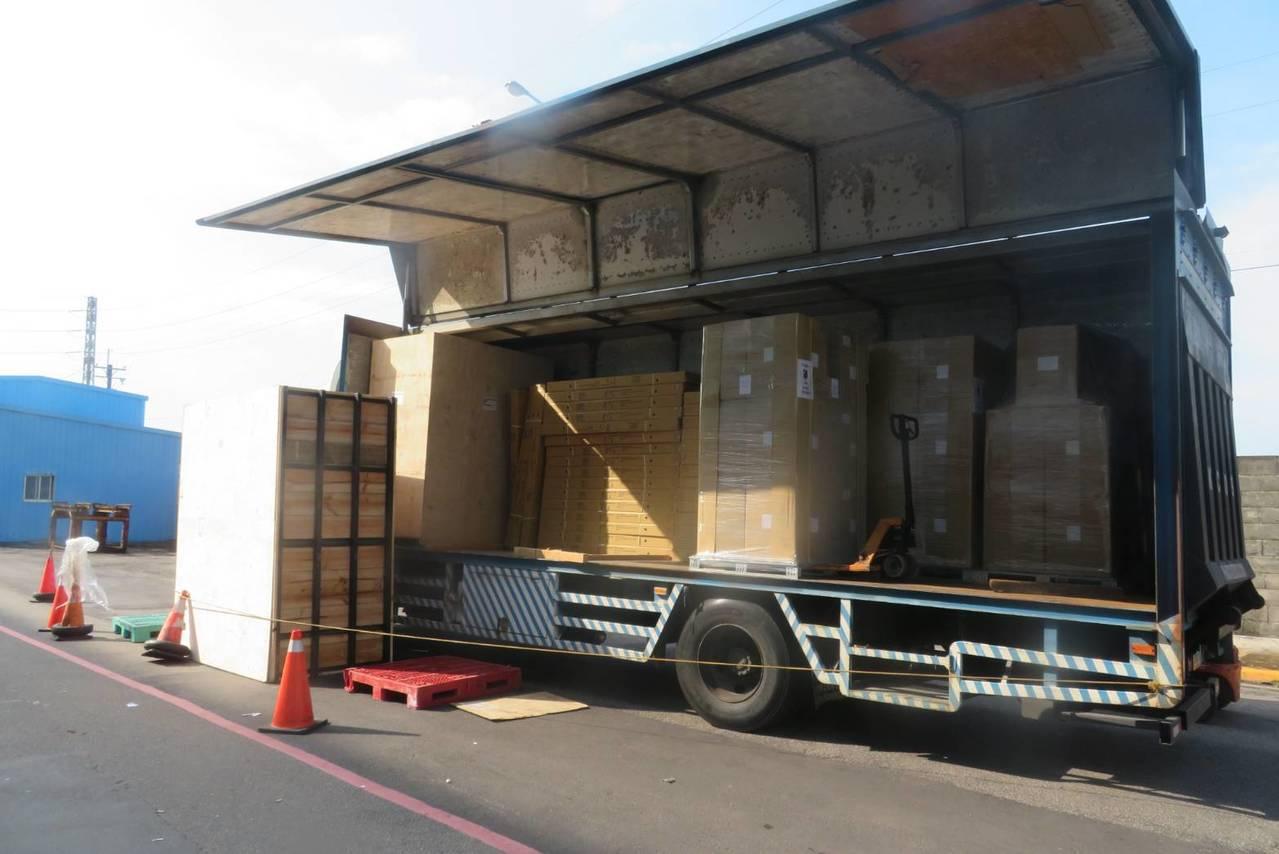 桃園市大園區永儲公司廠區發生工安意外,一名貨運司機疑因下貨時遭倒下的千公斤木貨櫃...