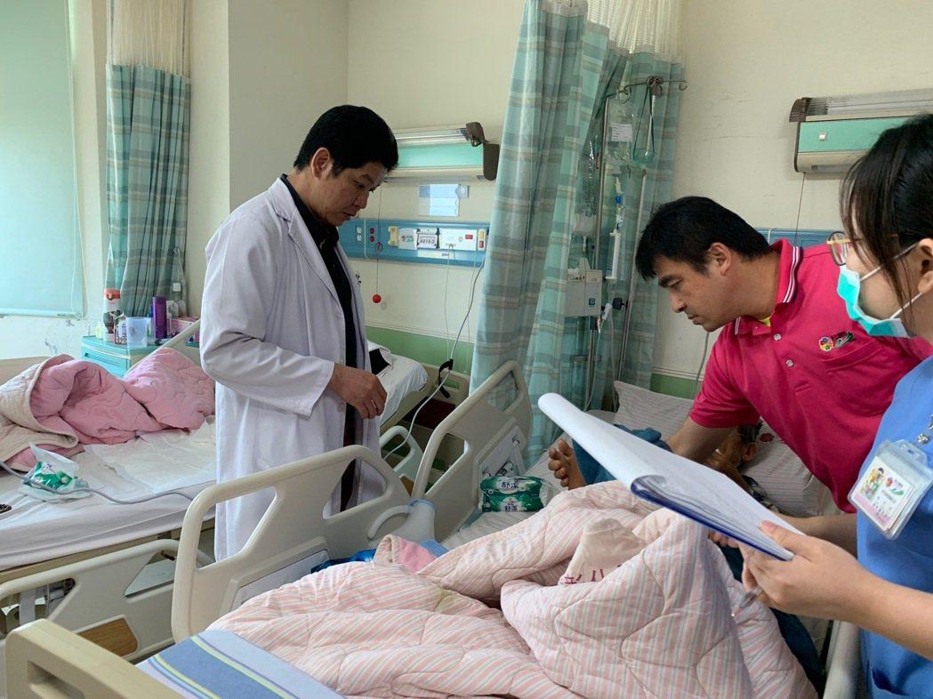 一般外科主任余明昌發現江婦罹患乳癌,安排她接受治療。圖/彰化醫院提供