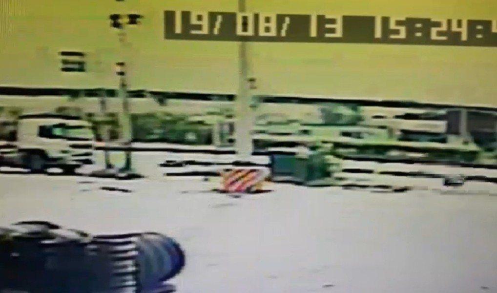 台中市梧棲區臨港路昨天發生車禍,騎士重傷,家屬質疑有人肇逃。圖/民眾提供