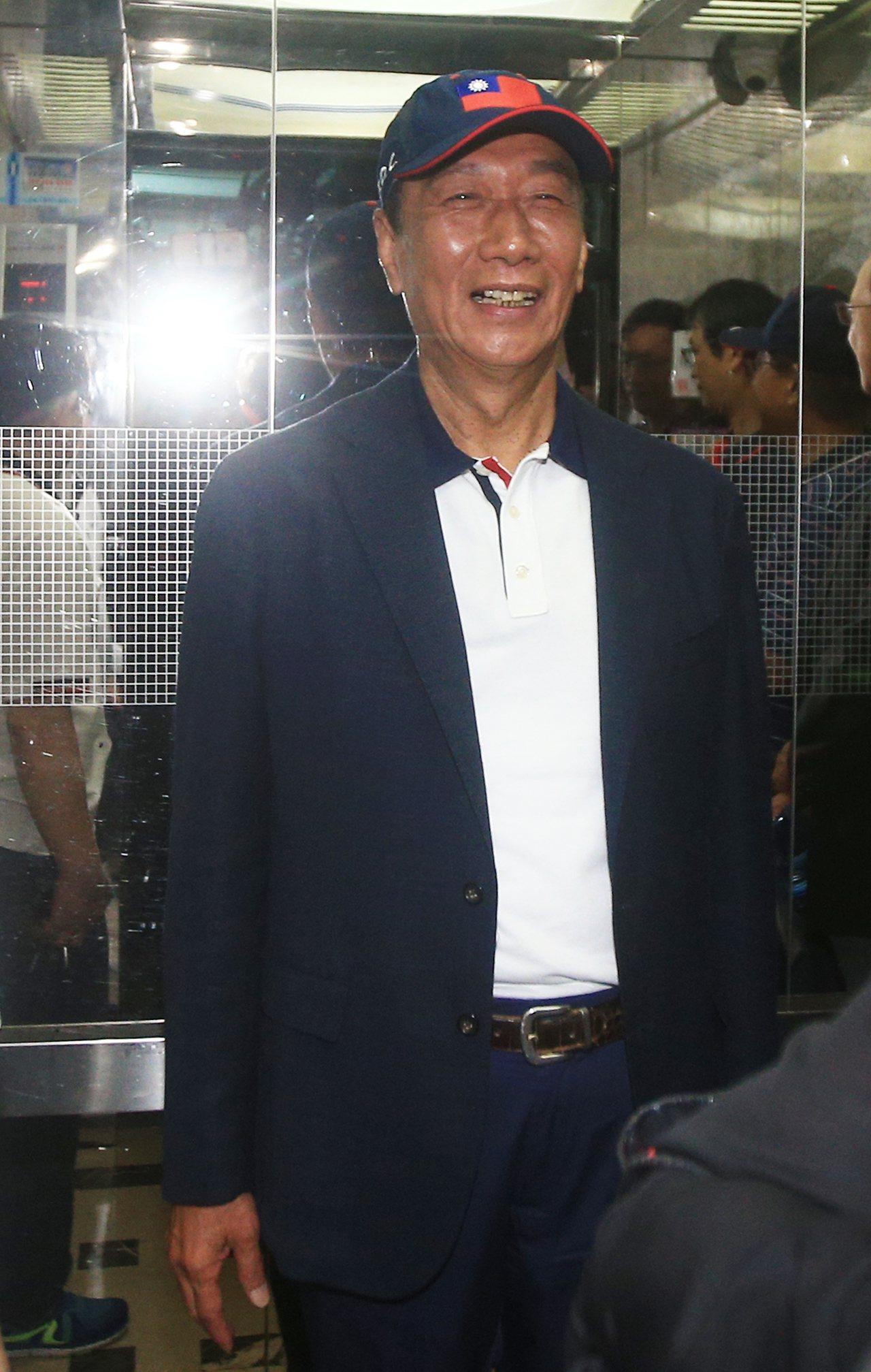 返國後始終低調的鴻海創辦人郭台銘,上午出席永齡基金會活動,面對記者提問與柯文哲會...