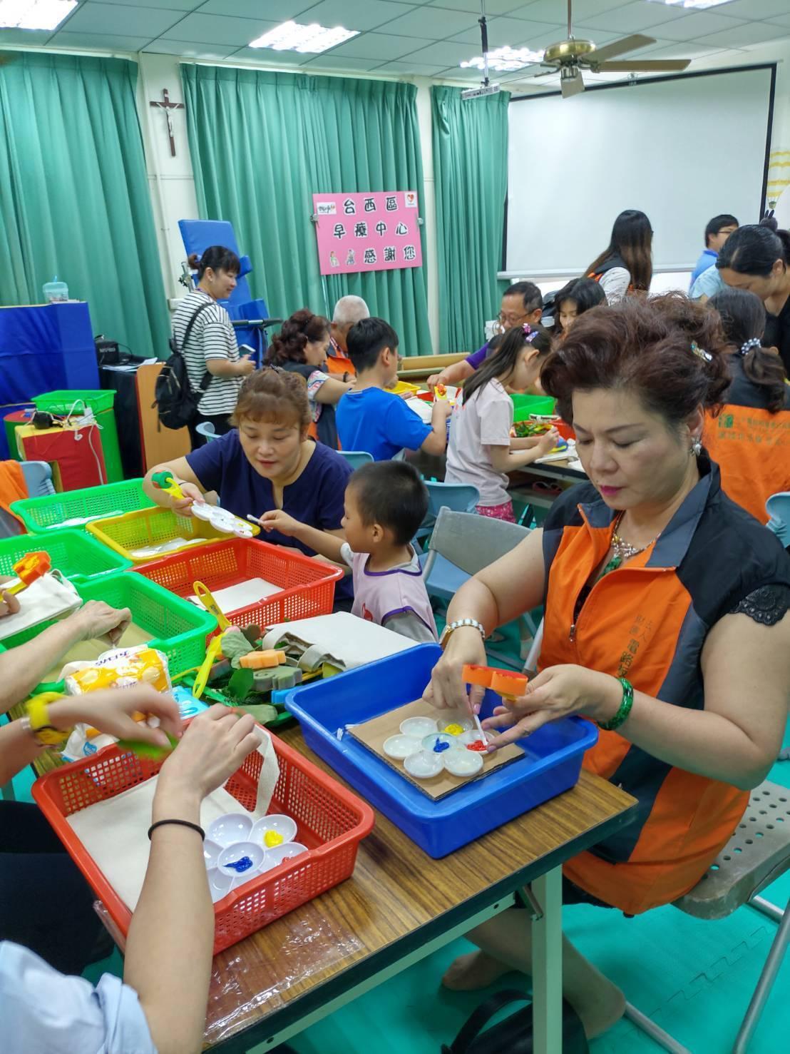 電路板環境公益基金會與台西區早療中心一起玩拓印創作。圖/電路板環境公益基金會提供