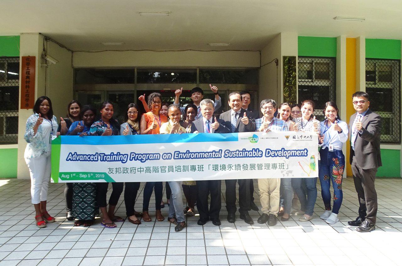 中央大學工學院自8月份起開辦「環境永續發展管理專班」,有11名在不同國家擔任中高...