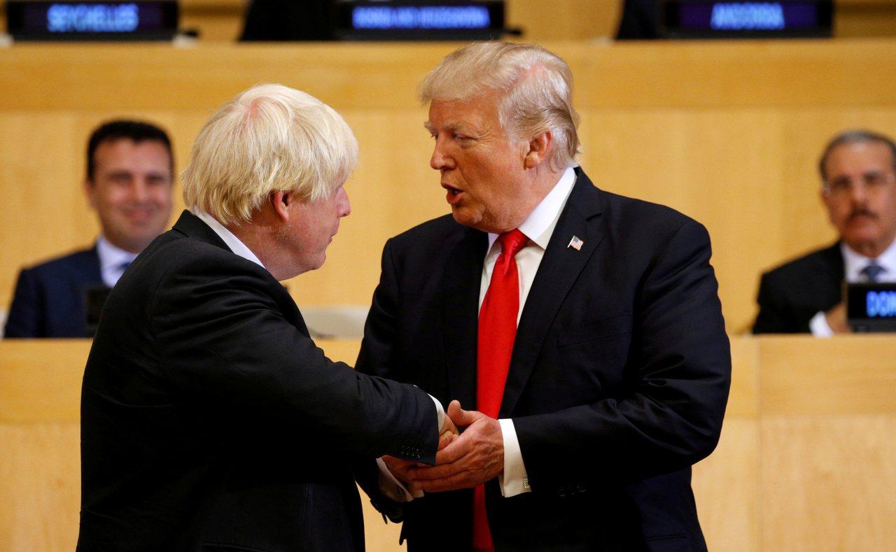 強生(左)2017年擔任英國外相時,曾在聯合國大會與川普(右)會面。路透