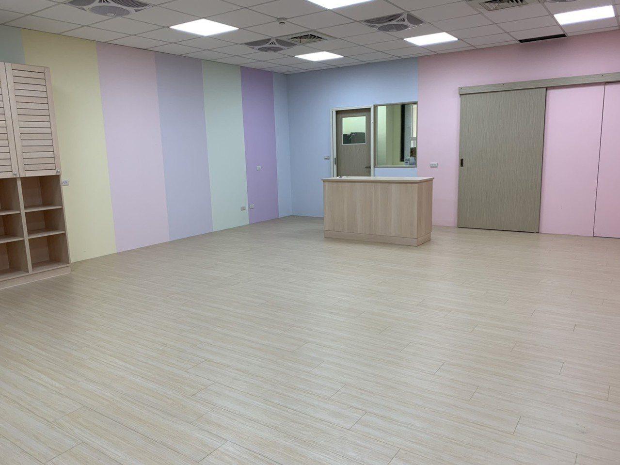 新竹縣政府B棟1樓的公共托育家園硬體設施已完工,目前正在籌備招生計畫及上網招標作...