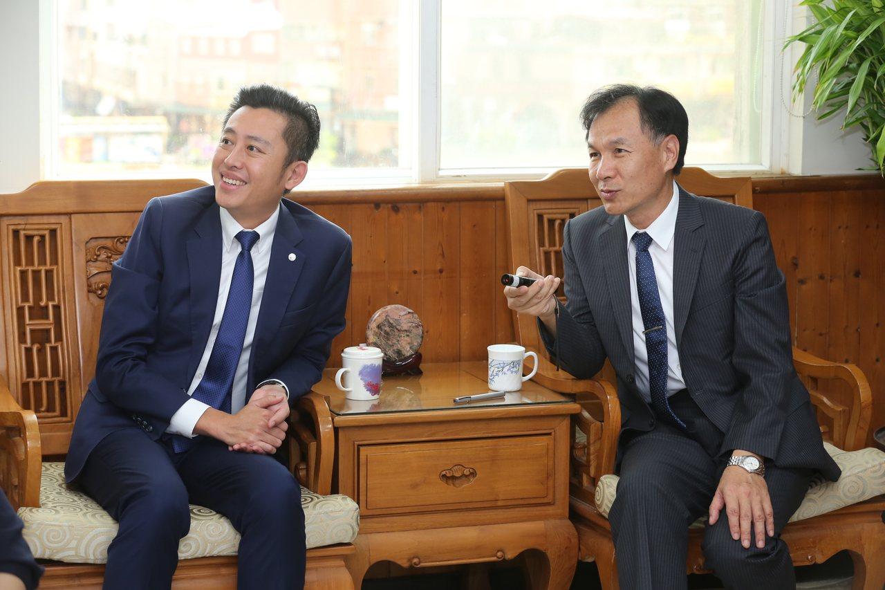 新竹市長林智堅(左)拜訪連江縣長劉增應(右),交流施政經驗。圖/新竹市政府提供