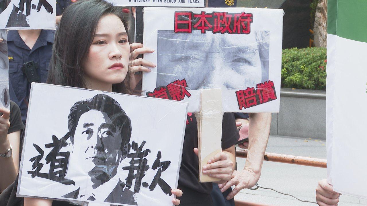 今天是國際慰安婦日,婦援會赴日本交流協會抗議日本不對台灣慰安婦道歉。記者謝育炘/...