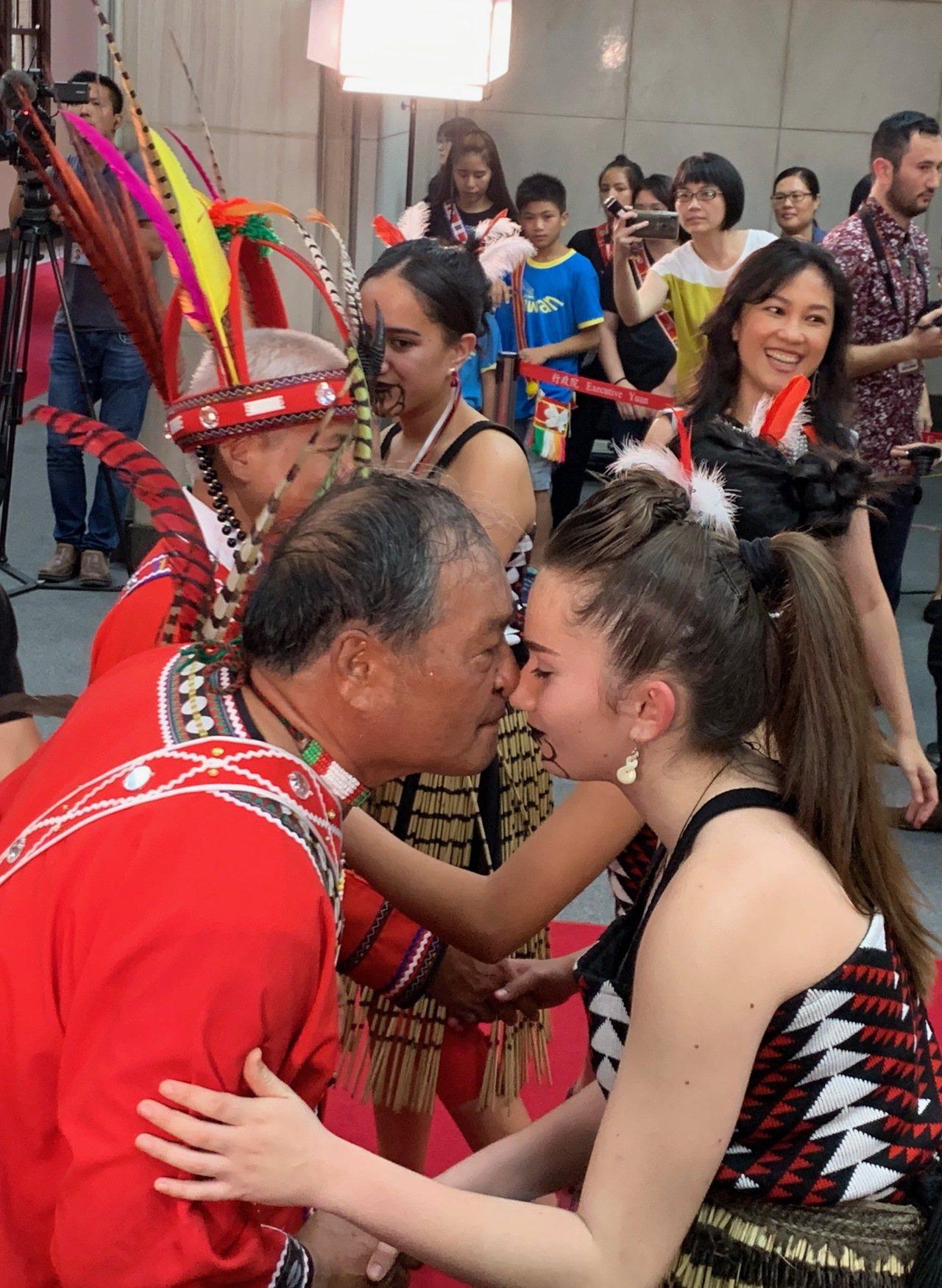 哈拉灣部落頭目楊萬生(前左)以碰鼻禮歡迎參與「台紐文化尋根計畫」的紐西蘭毛利族青...