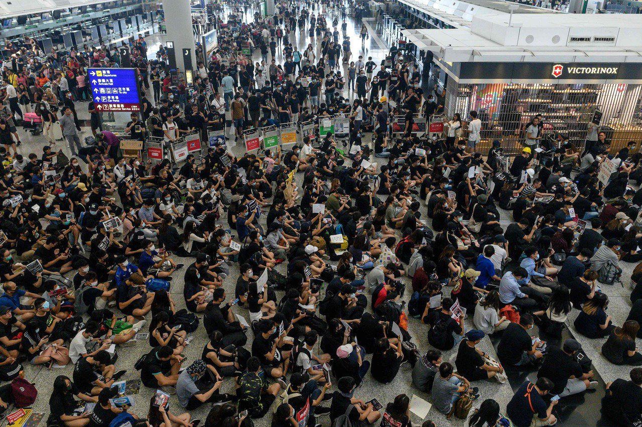 根據香港4所高等學府進行的調查顯示,參與「反送中」抗議的民眾絕大多數受過大學教育...