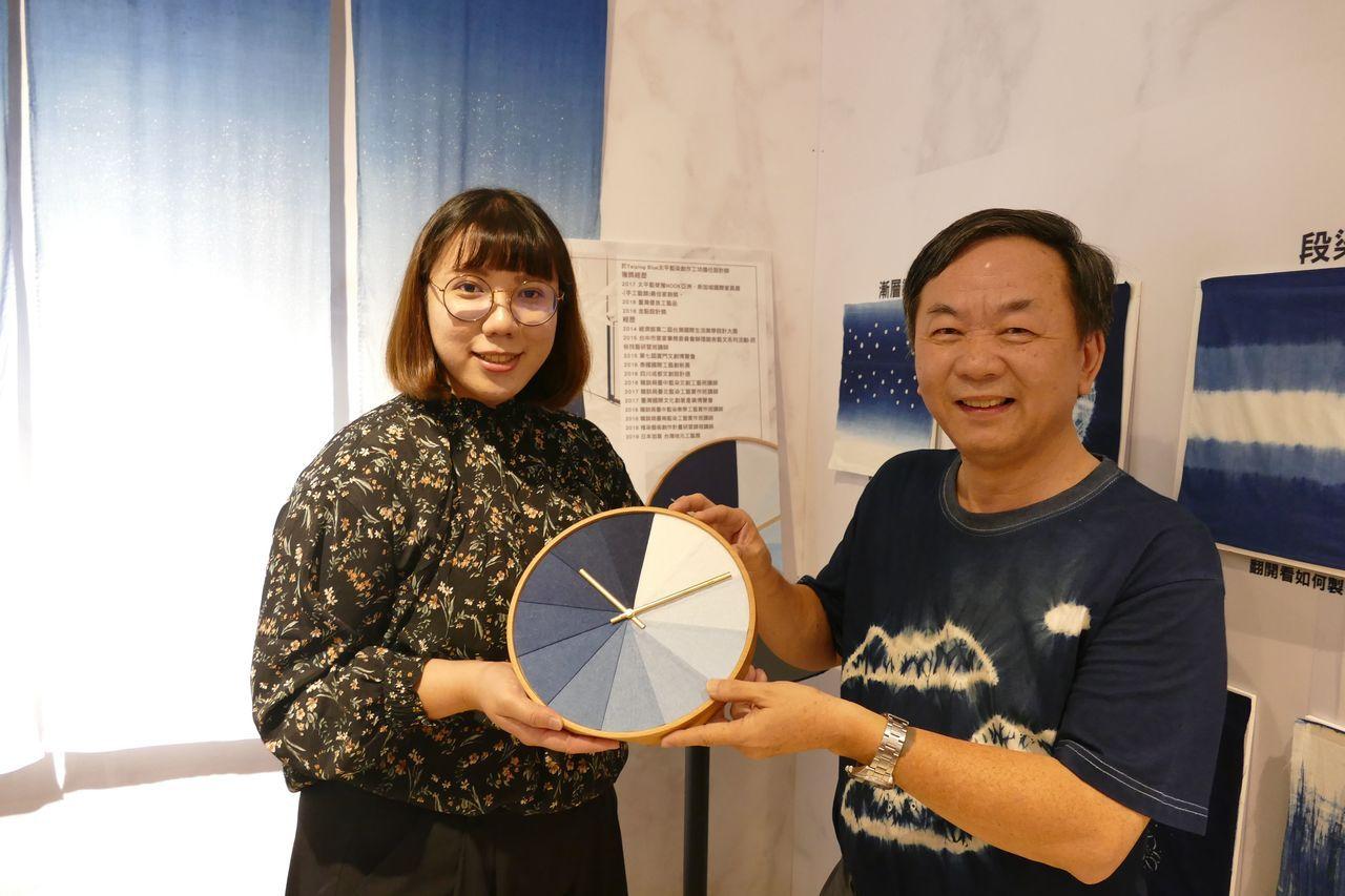 太平藍工藝師江婕妤(左)介紹她創作的「藍金歲月」藍染時鐘系列。記者趙容萱/攝影