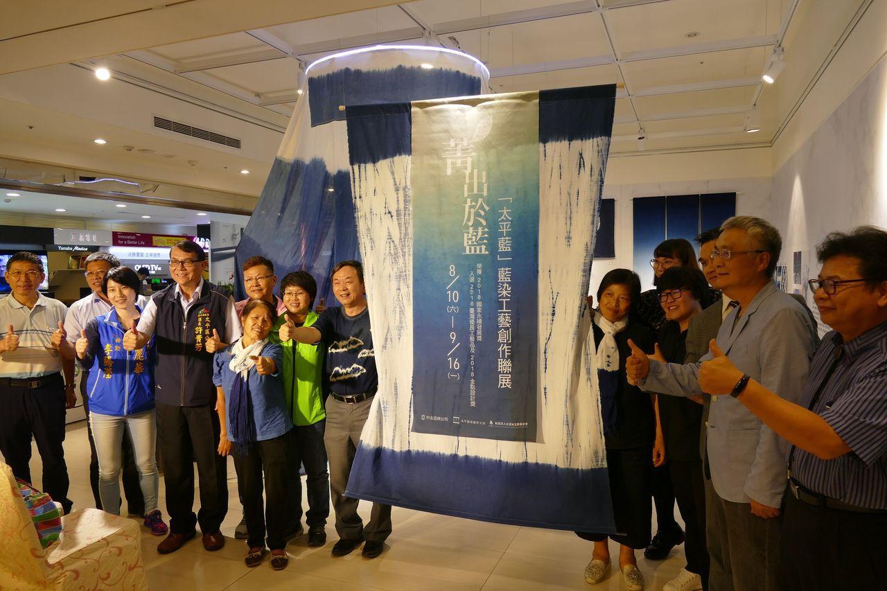 太平藍工藝師聯展即日起在台中市中友百貨A棟10F創意平台登場,展期到9月16日。...