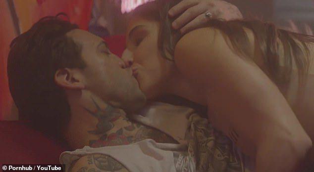 「她和他」探討男女感情之餘,也會有真槍實彈的性愛場面。圖/翻攝自Pornhub