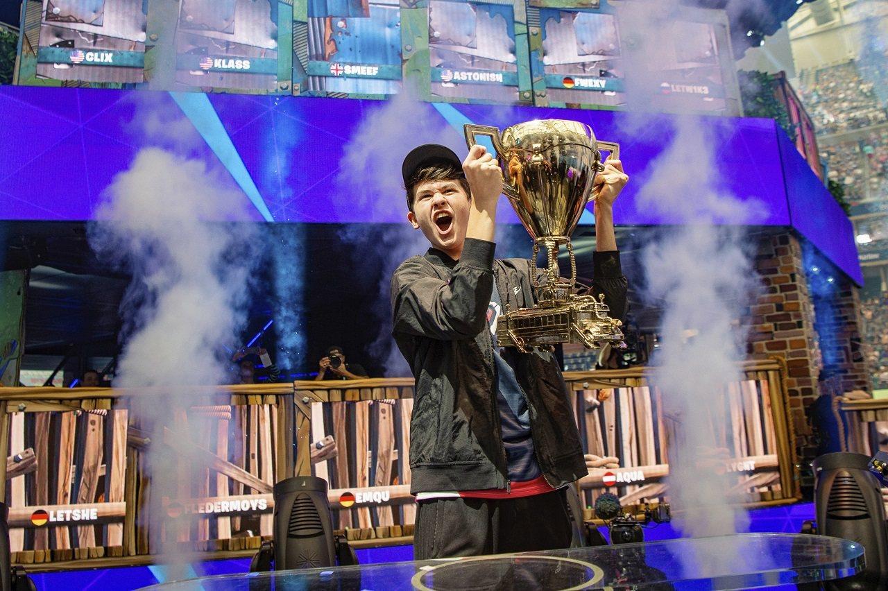 美國16歲電玩好手吉爾斯多夫7月28日在紐約法拉盛亞瑟艾許球場,舉起電競遊戲《要...