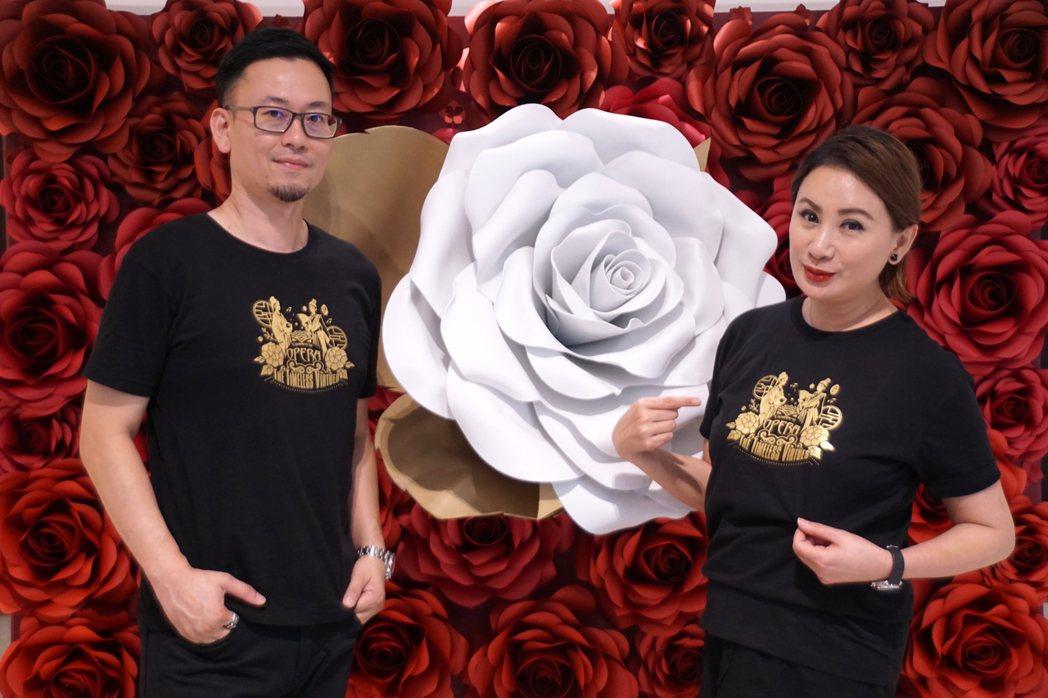 陳亞蘭(右)與GF-EMBA同學蘇宣霖創造「忠孝節義」潮T。圖/麗生百合提供
