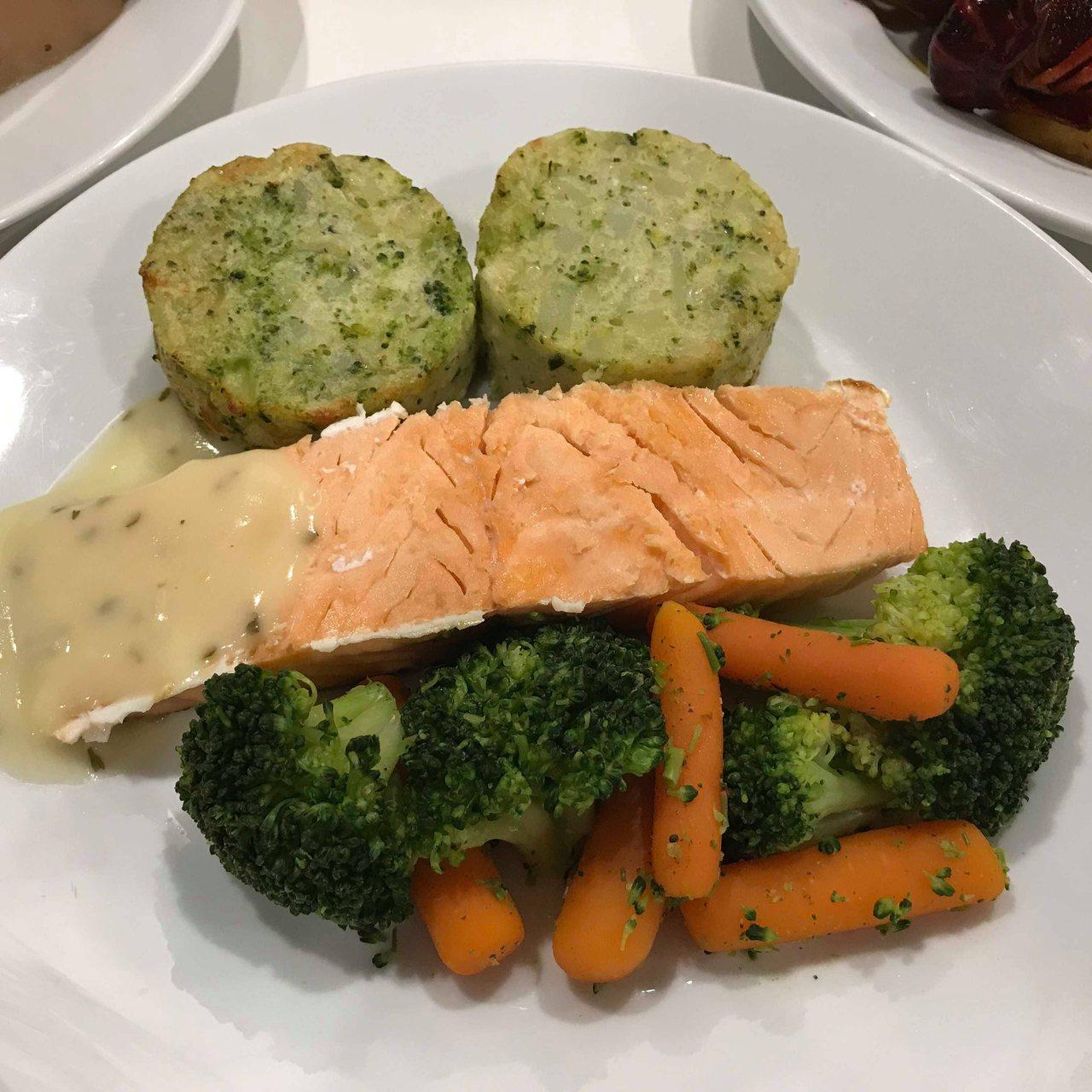 IKEA瑞典餐廳新推出鮭魚菲力佐蔬菜馬鈴薯餅,售價250元。記者陳立儀/攝影