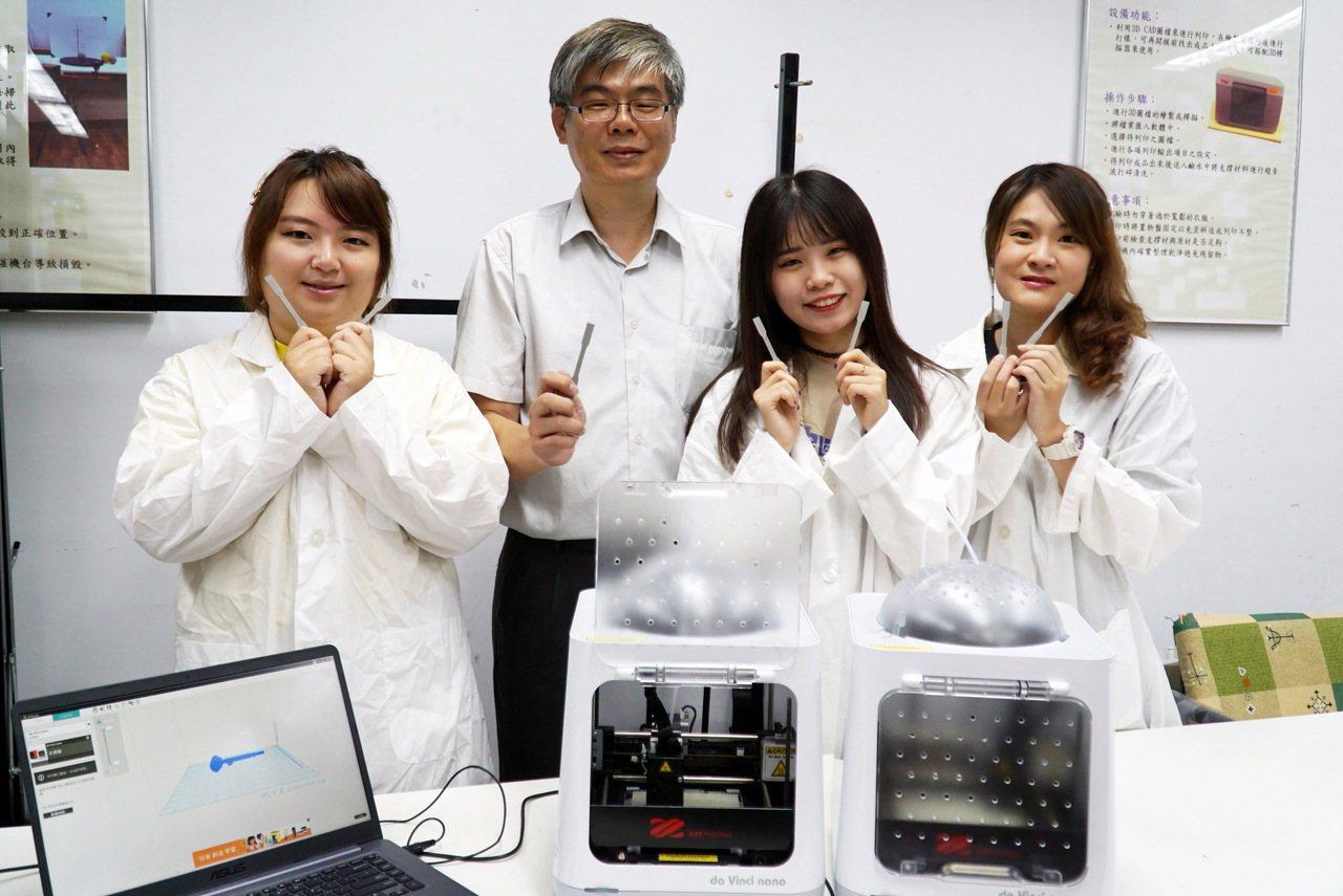 大葉大學醫材學程主任賴峰民(左二)帶領學生,與秀傳醫院合作研發3D列印脊椎融合器...