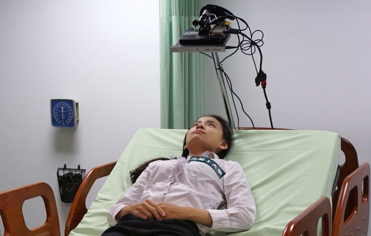 大葉大學醫材學程師生2年前與台中榮總合作,成功研發可用手機APP控制或眼控輔助完...