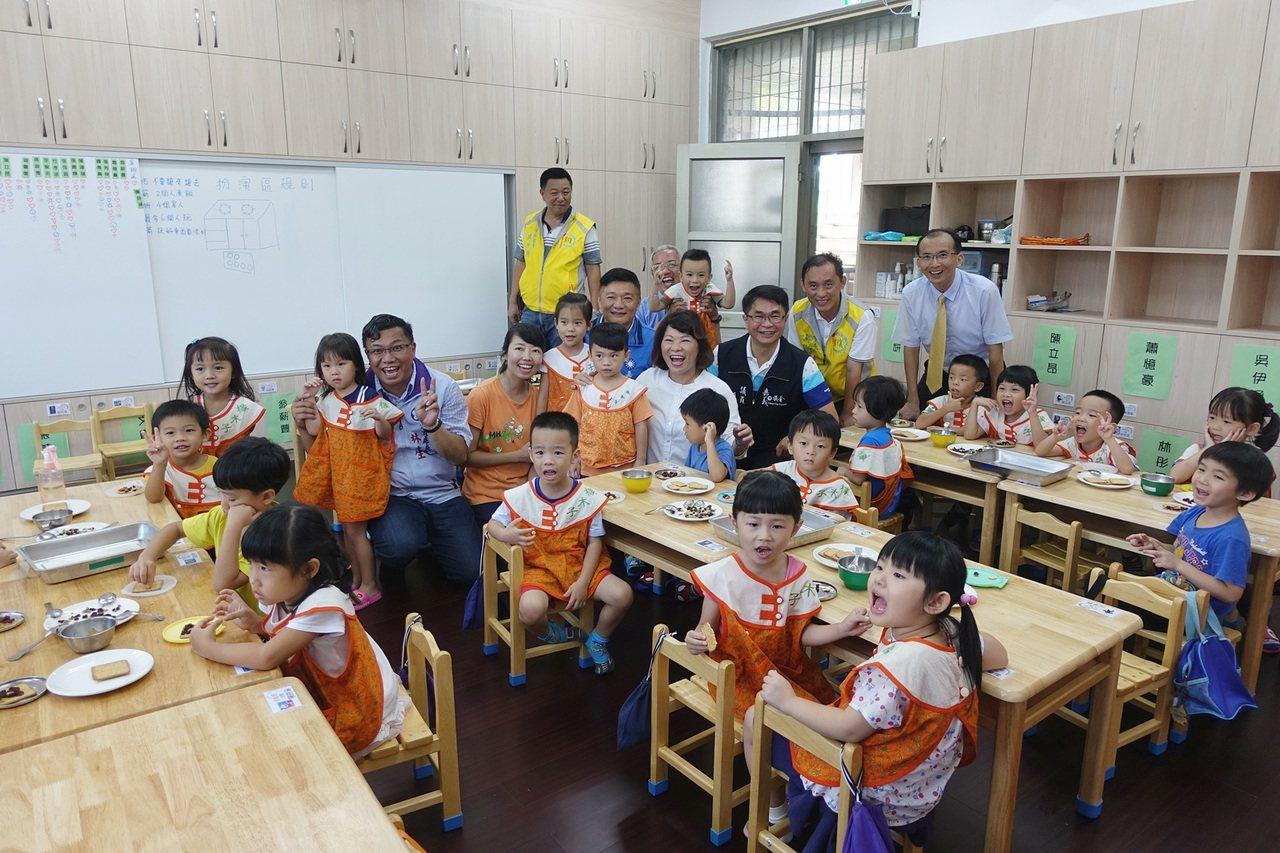 橡木子非營利幼兒園今天揭牌,市長黃敏惠與學童一同用果乾裝飾餅乾。記者李承穎/攝影