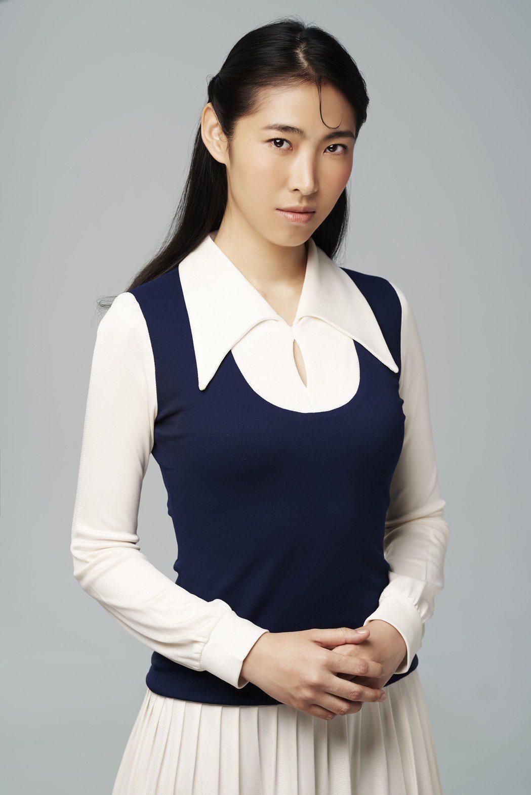 王若琳翻唱鄧麗君名曲「我只在乎你」,現實生活卻拒當小女人。圖/索尼唱片提供