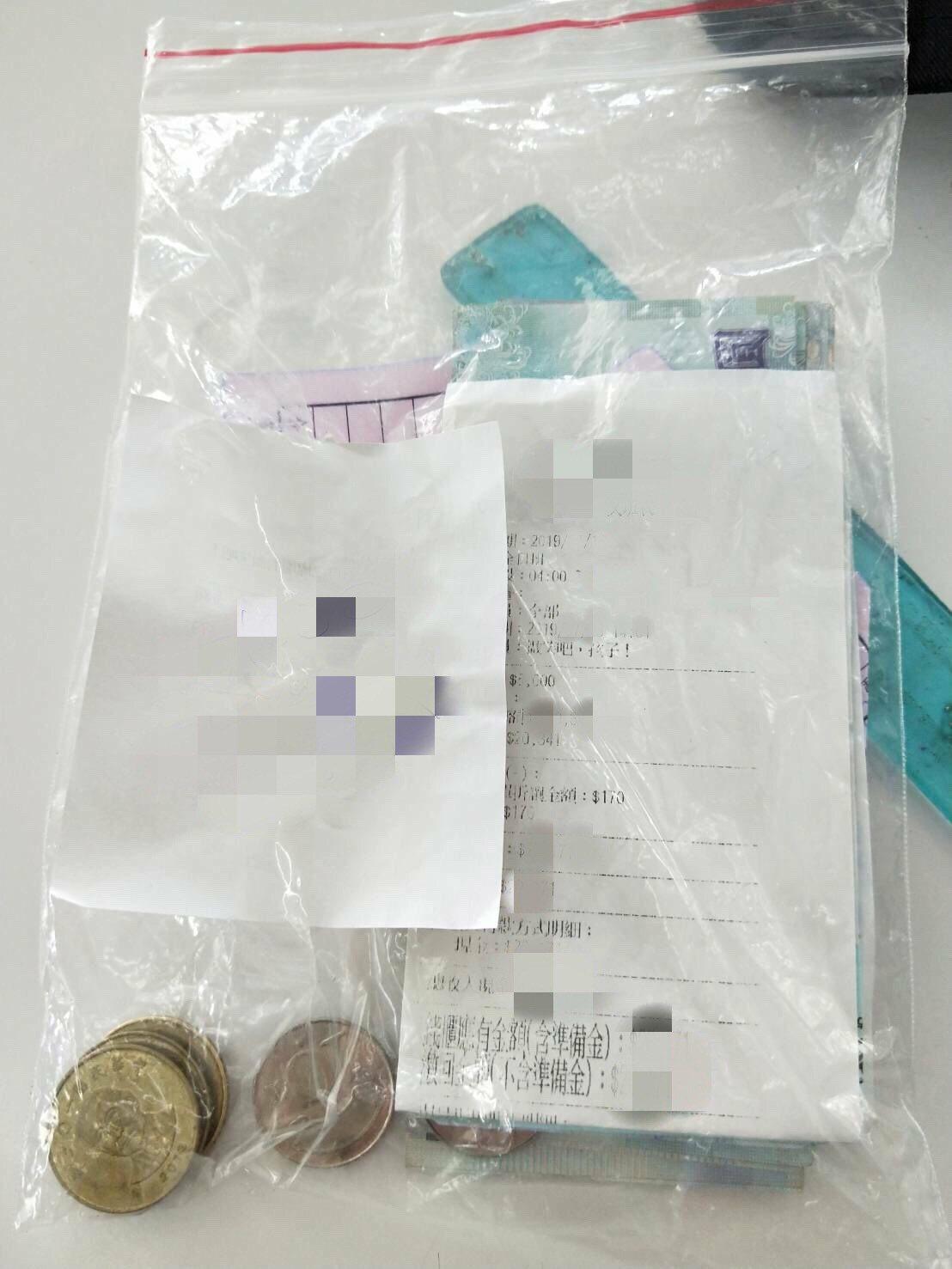 黃女用透明夾鏈袋裝貸款3萬796元,卻在車禍後不翼而飛。(圖非遺失貸款)圖/家屬...