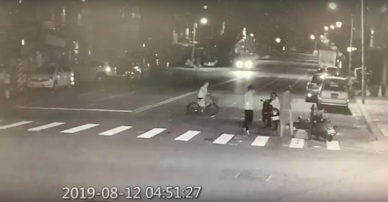 黃女12日清晨騎車上班車禍,倒在路邊,有4、5名民眾上前關心。圖/民眾提供