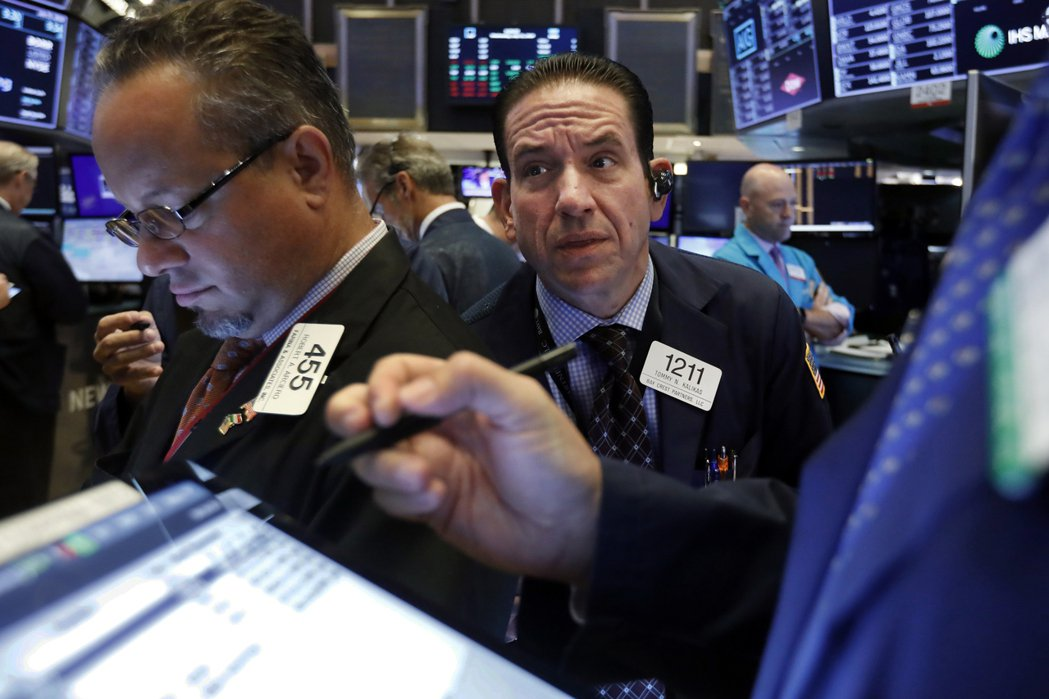美國和英國2年期和10年期公債殖利率,14日盤中皆呈現倒掛。美聯社