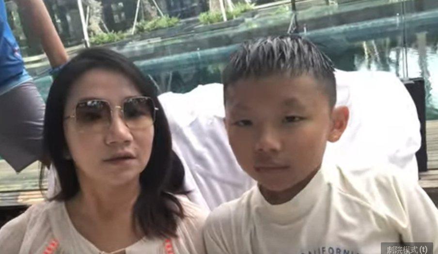 陶子和兒子李小龍大方在泳池邊對話自拍。圖/陶晶瑩FUN人生截圖
