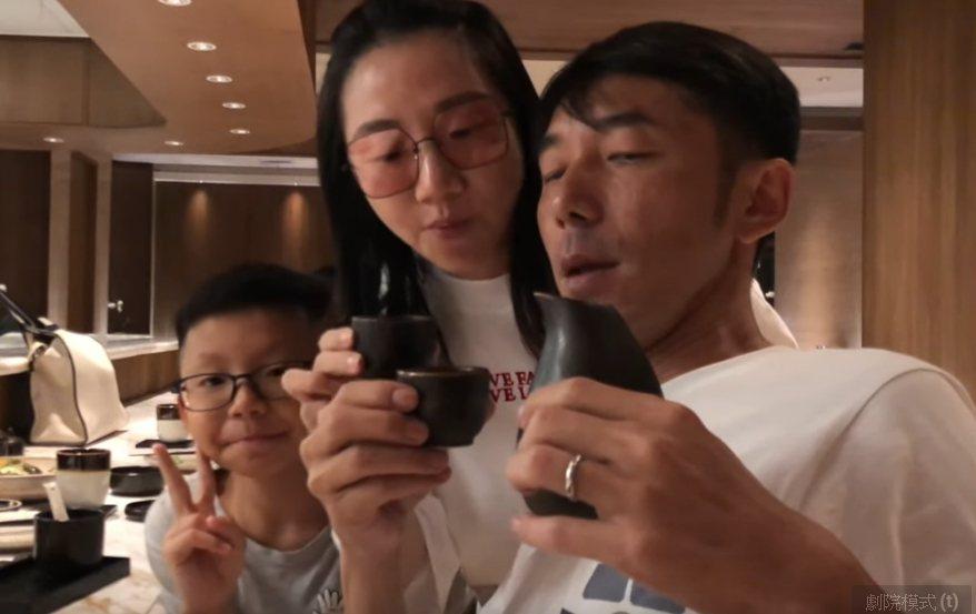 陶子和李李仁、兒子李小龍吃日本料理。圖/陶晶瑩FUN人生截圖
