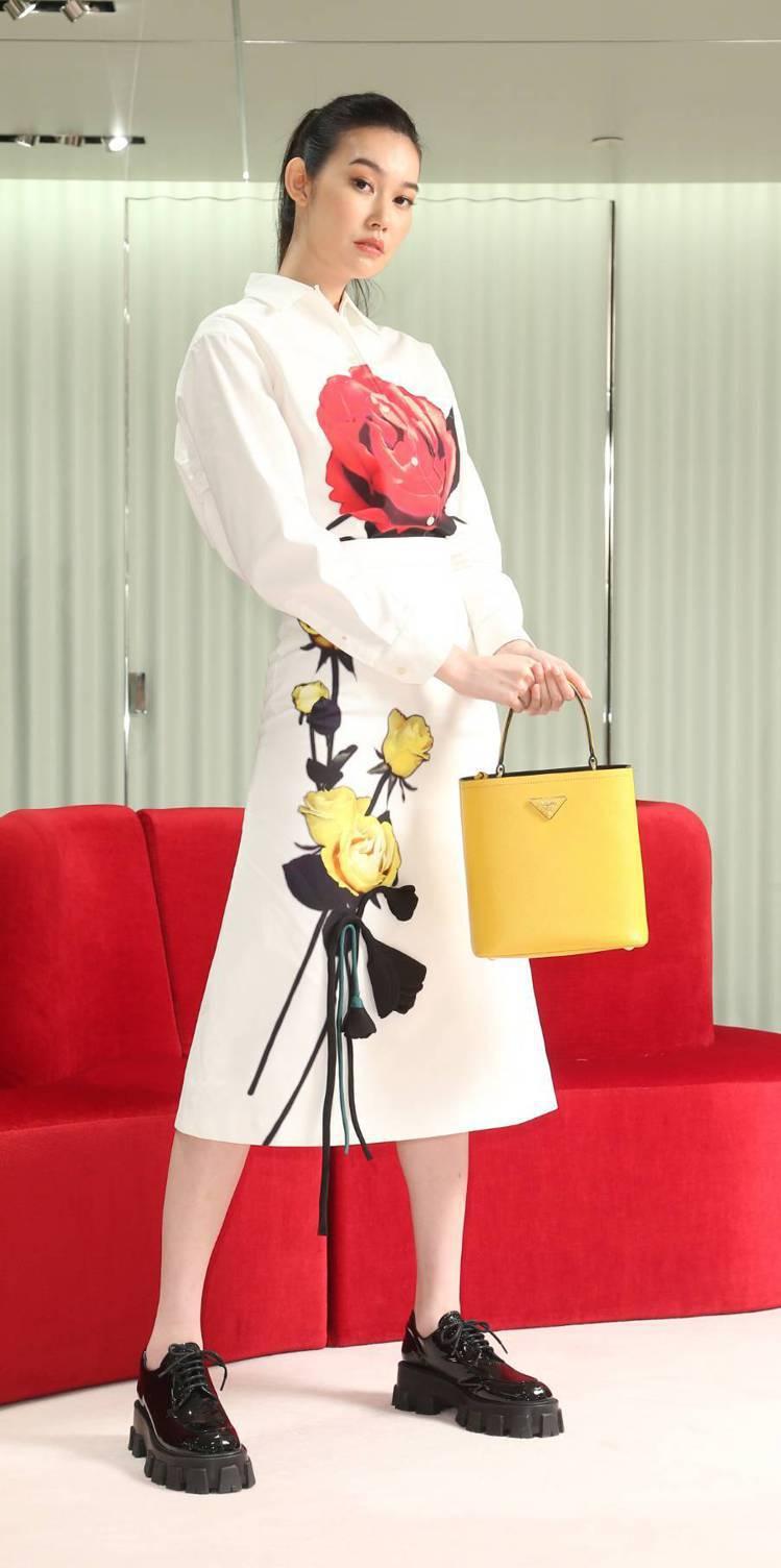 董若彤(Tiffany)穿PRADA印花襯衫36,000元,立體花朵裝飾裙子36...