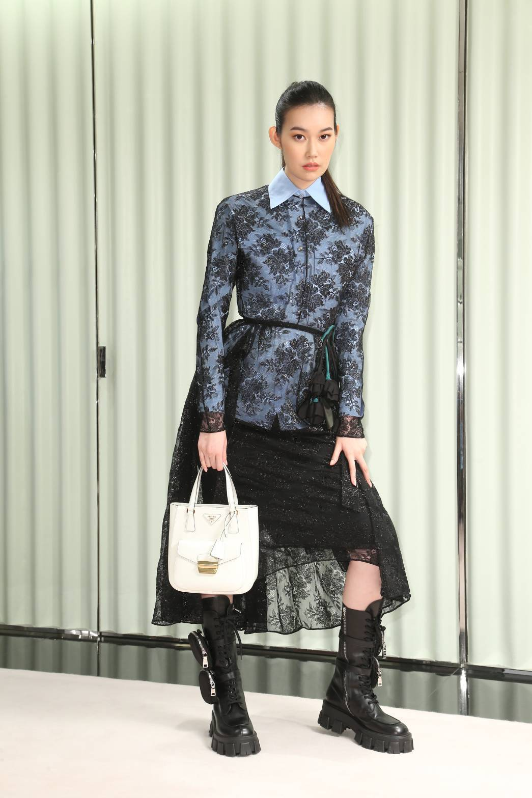 董若彤(Tiffany)穿PRADA蕾絲立體花朵洋裝15萬5,000元,藍色雙口...
