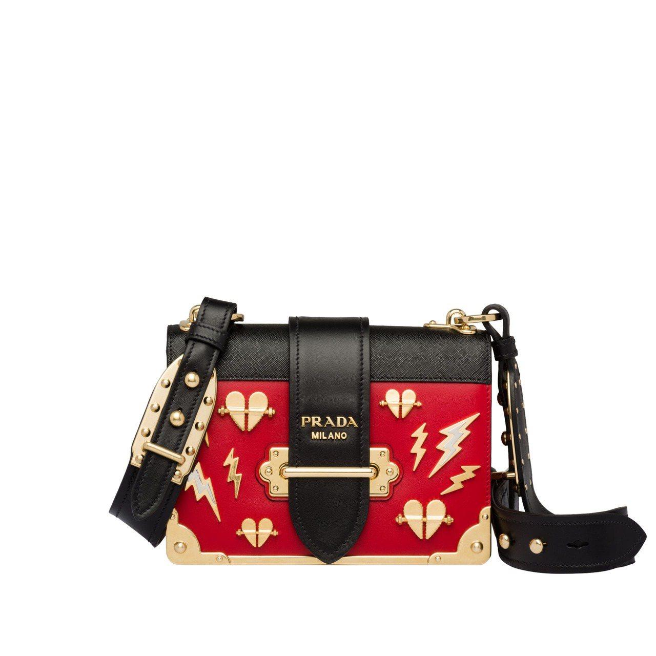 Cahier紅色愛心閃電裝飾肩背包,10萬3,000元。圖/PRADA提供