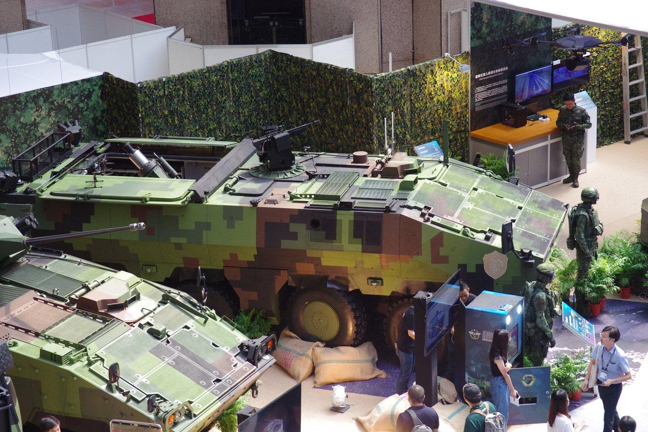 第二代雲豹M2樣車(上),與正在量產中的弟一代雲豹CM34裝甲步兵戰鬥車。記者程...