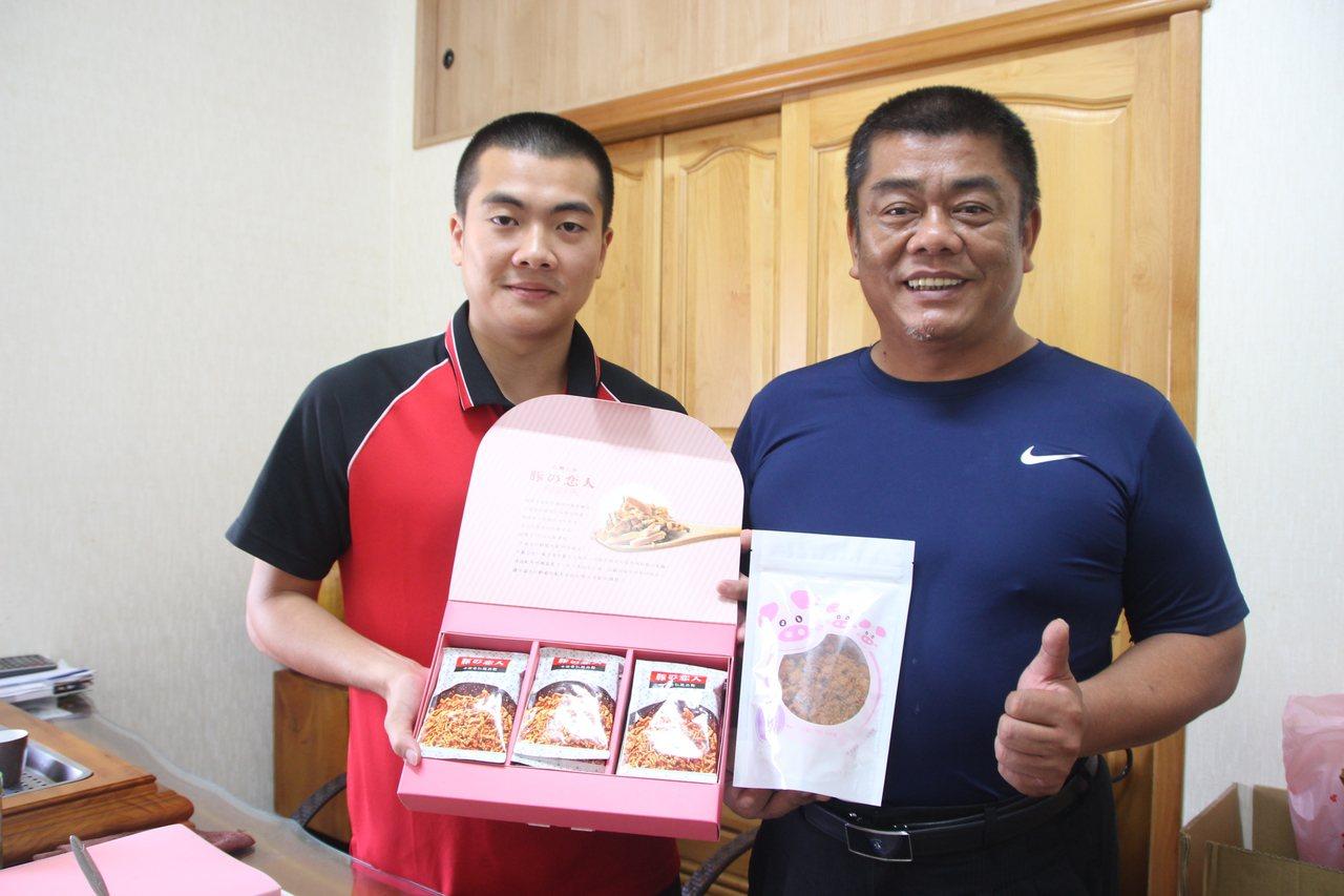 巧福食品老闆顏福進(右)與兒子顏兆佑研發爌肉加工成的脆肉鬆。記者林敬家/攝影