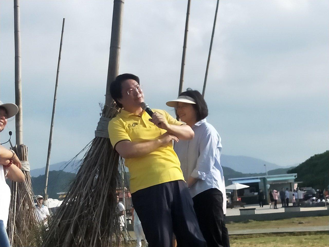 總統蔡英文今天參訪潮境公園飛天掃帚、正濱漁港色彩屋。記者游明煌/攝影
