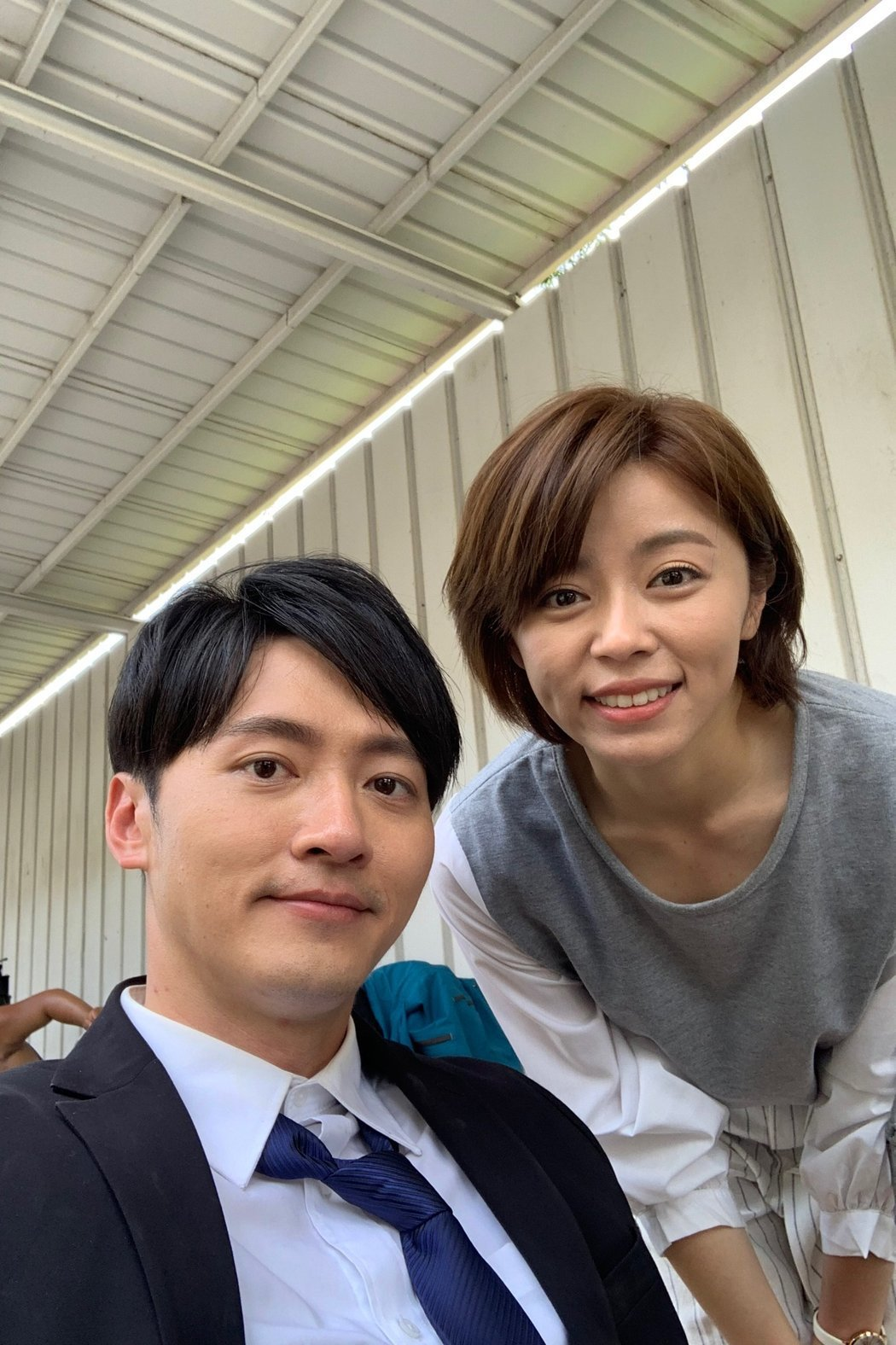 馬俊麟(左)和王瞳合作「大時代」差點擦槍走火。圖/摘自臉書