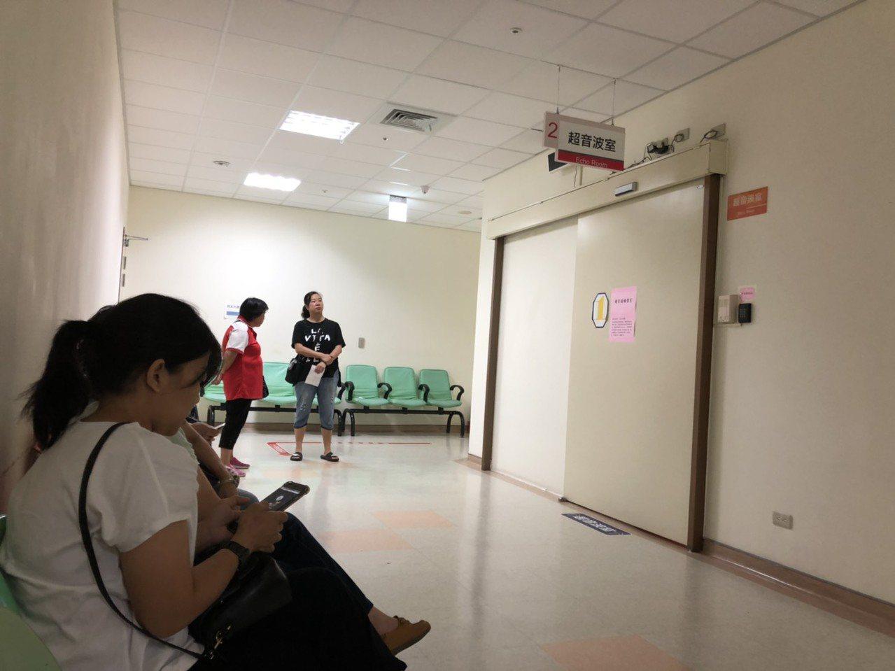 金門醫院的冷氣傳出故障多日,連日來不少民眾都是拿著紙張邊搧風邊候診,抱怨好熱喔。...