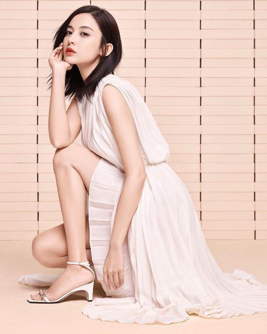 古力娜扎演繹經典sr1 sandal涼鞋鑲嵌水晶款。圖/取自IG