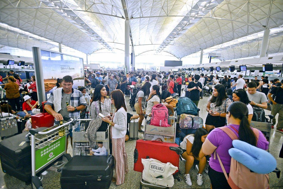 香港機管局14日表示,因應近日示威活動,已取消979班航班。圖:星島日報網站