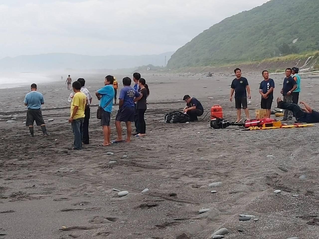 台東大鳥海邊今天下午傳出意外,大園天主教會夏令營9名大人學生被浪捲走,救起8人,...