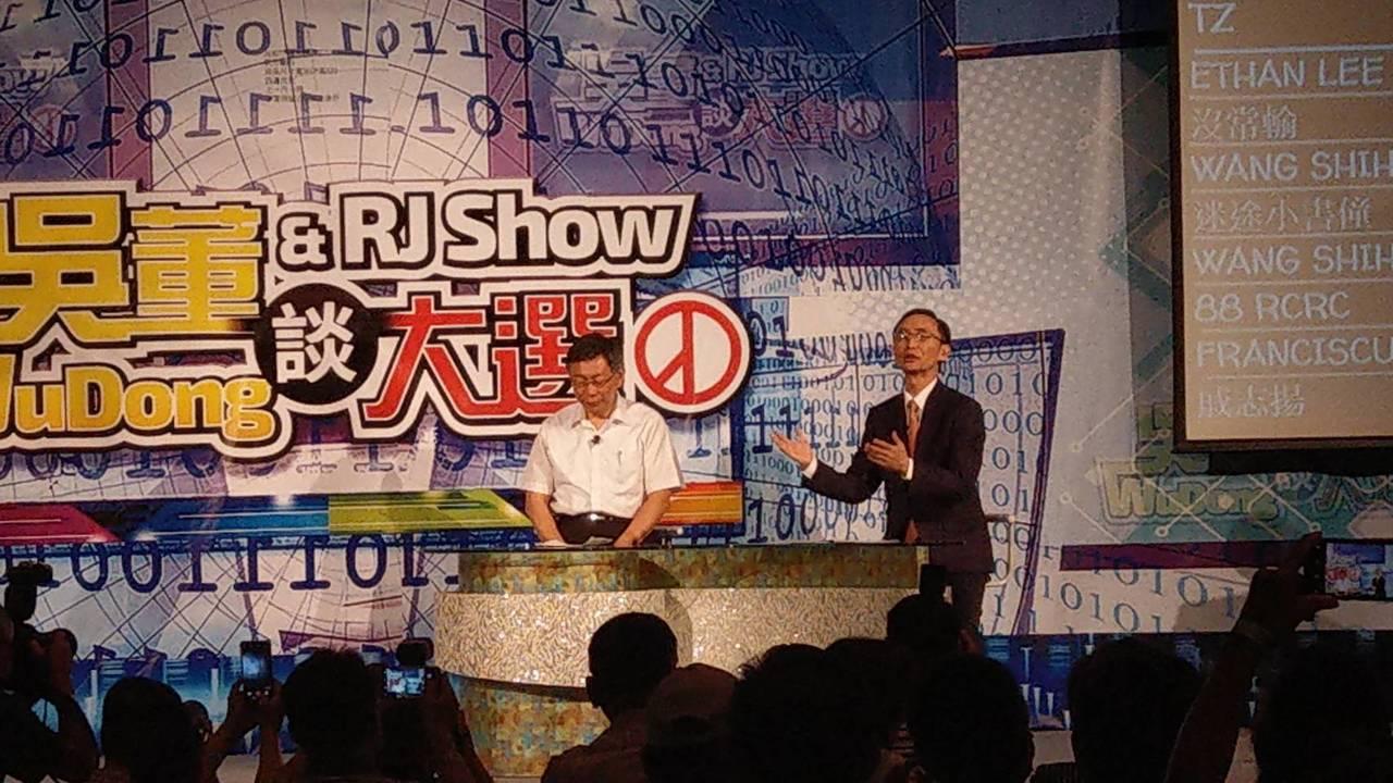 台北市長柯文哲今晚與美麗島電子報董事長吳子嘉進行座談。記者楊正海/攝影
