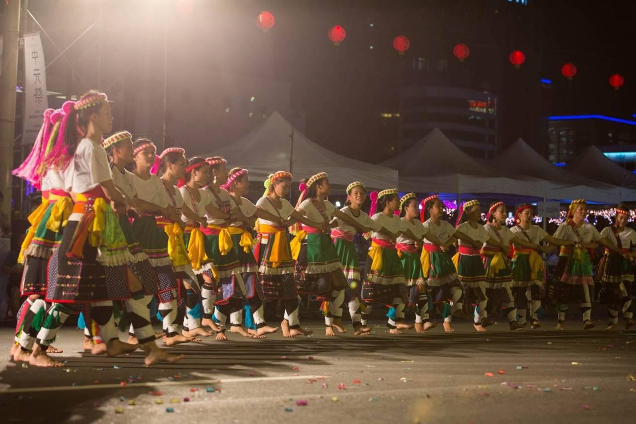 傳承165年不輟的鷄籠中元祭,今天晚間在基隆市區進行重頭戲「放水燈遊行」。圖/ ...
