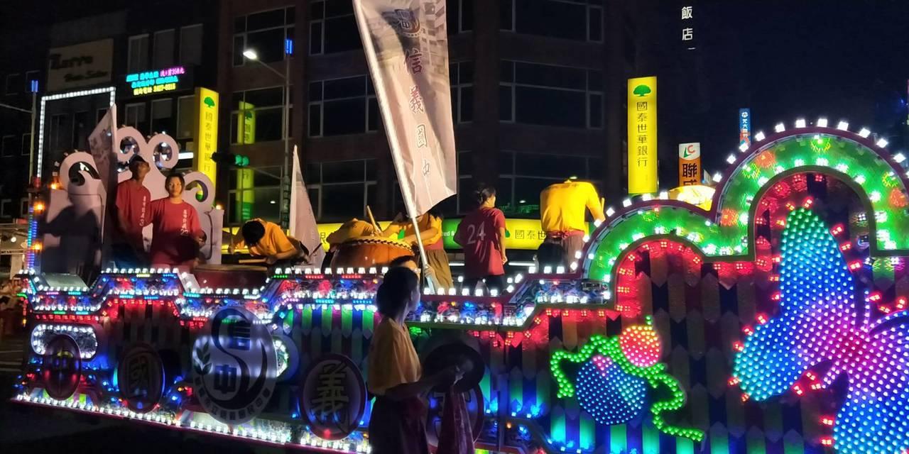 傳承165年不輟的鷄籠中元祭,今天晚間在基隆市區進行重頭戲「放水燈遊行」。記者游...