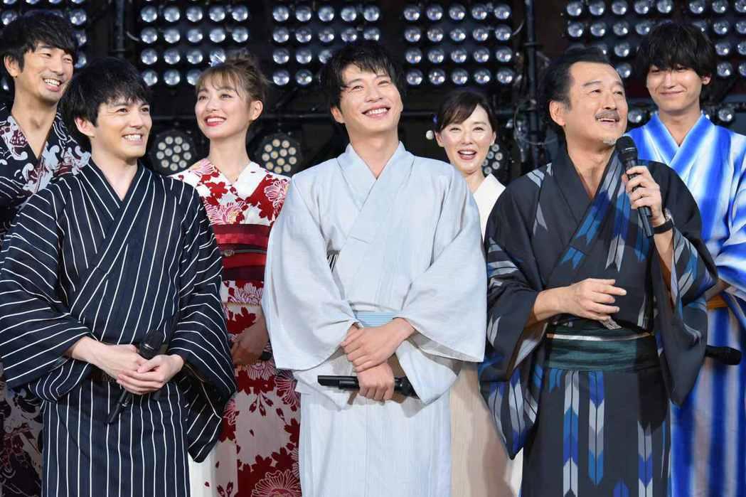 吉田鋼太郎(右二)妙語如珠,在「大叔之愛電影版」仍有重要戲分。圖/采昌提供