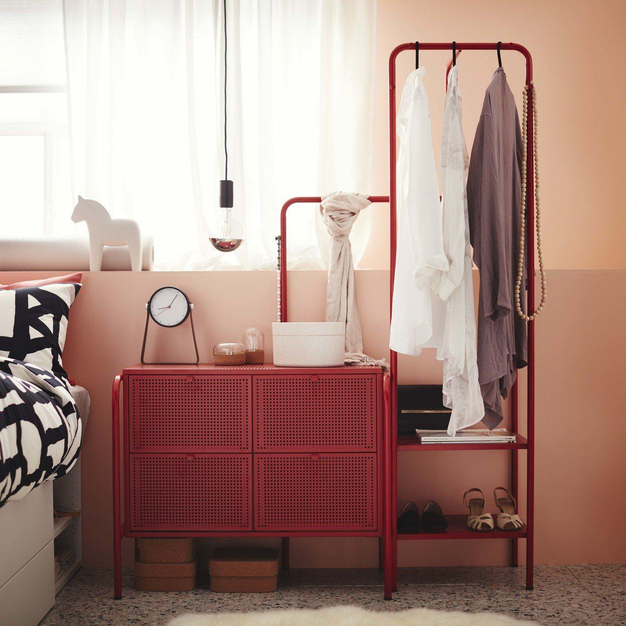 NIKKEBY抽屜櫃(4抽,紅色),售價2,999元。圖/IKEA提供