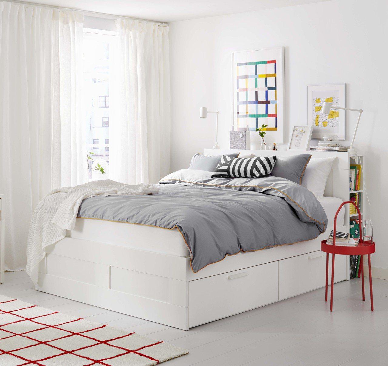 BRIMNES床框附抽屜/床頭板(白色Luröy),售價12,490元。圖/IK...