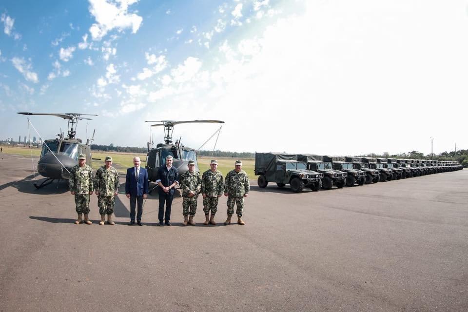 我國援贈友邦巴拉圭兩架UH-1H直升機和30輛悍馬車。圖/巴拉圭總統阿布鐸(Ma...