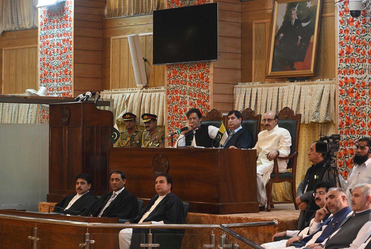 巴基斯坦總理康恩(中)14日造訪巴控克什米爾地區議會並發表演說。法新社
