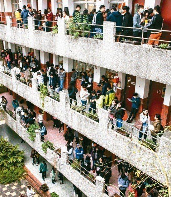 大學個人申請因首次採用最多採計四科成績,同級分人數大增,導致一階通過篩選人次過多。 圖/聯合報系資料照片